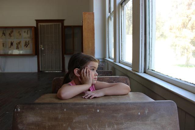 holčička ve škole