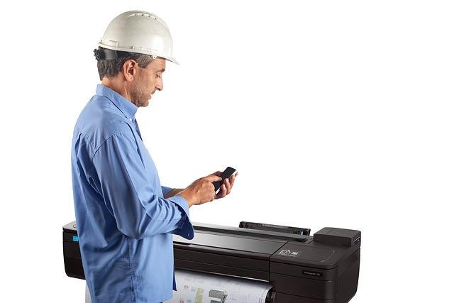muž u tiskárny