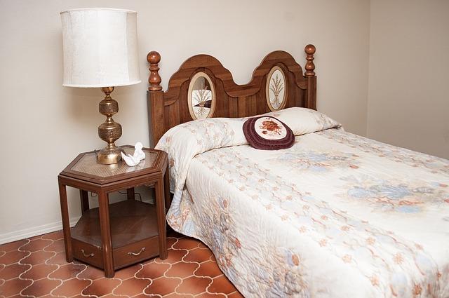 postel a noční stolek z masivu