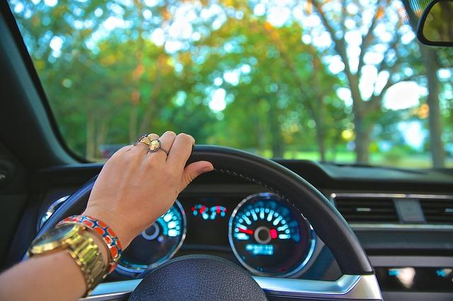 ženská ruka na volantu